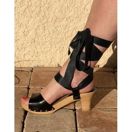 Sandale en bois, cuir et satin, talon 6,5 cms